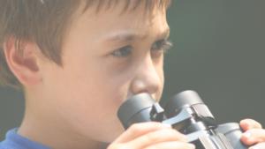 望遠鏡を持つ子供