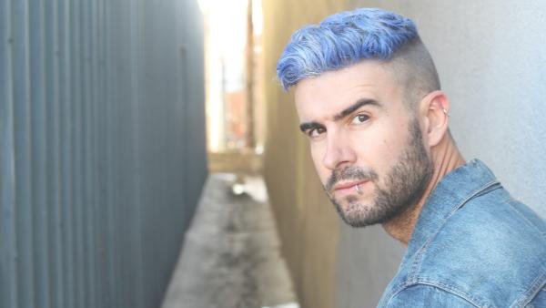青い髪の男